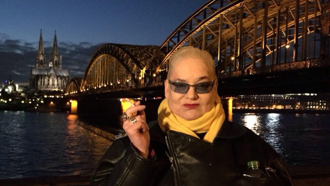 """Hella von Sinnen ist wieder mit """"Genial daneben"""" im linearen TV, startet aber bald den """"ComicTalk"""" bei Massengeschmack-TV. Ein Interview über neue und alte Formate."""