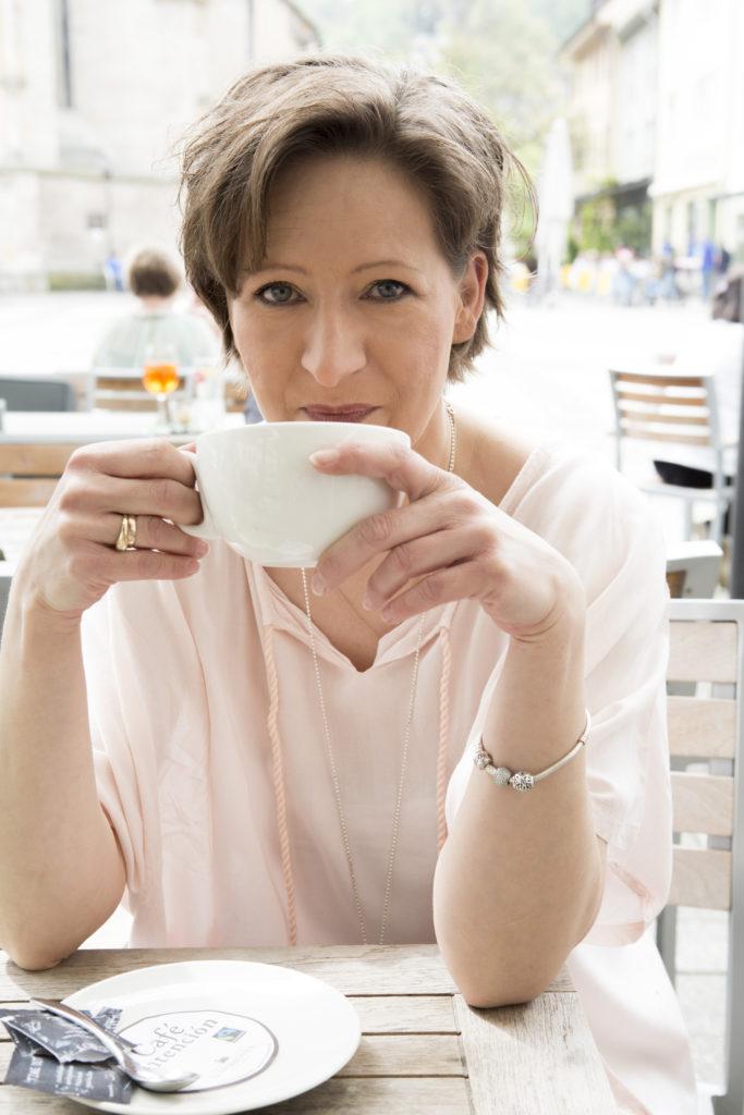 Autorin Silke Porath trinkt einen Kaffee.