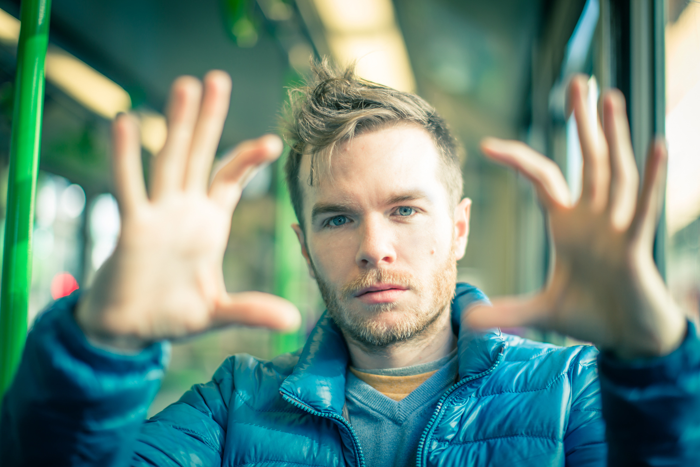 Andrew Doherty, Experte für KI, macht mit den Fingern ein Viereck.