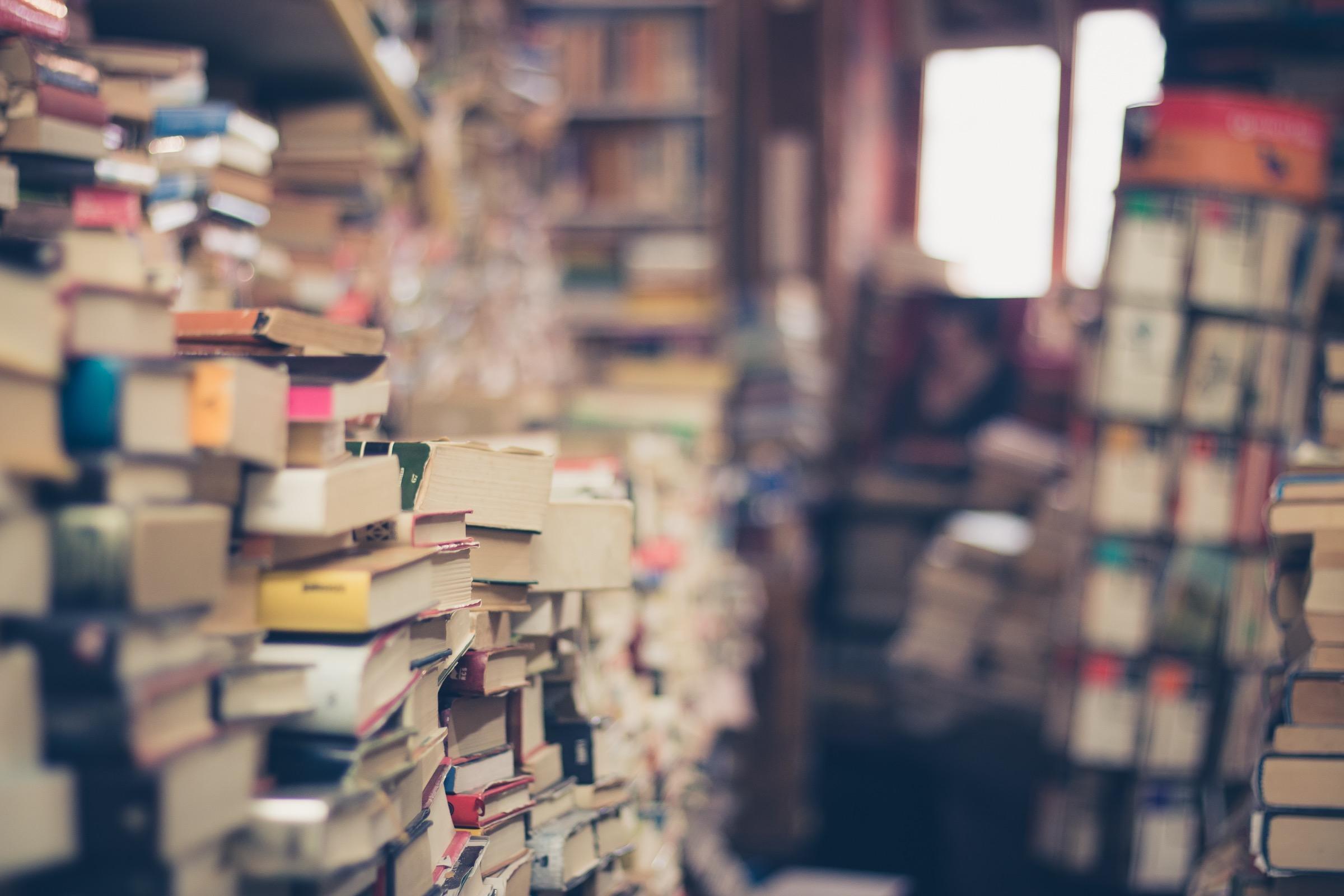 Viele Bücher auf Stapeln.