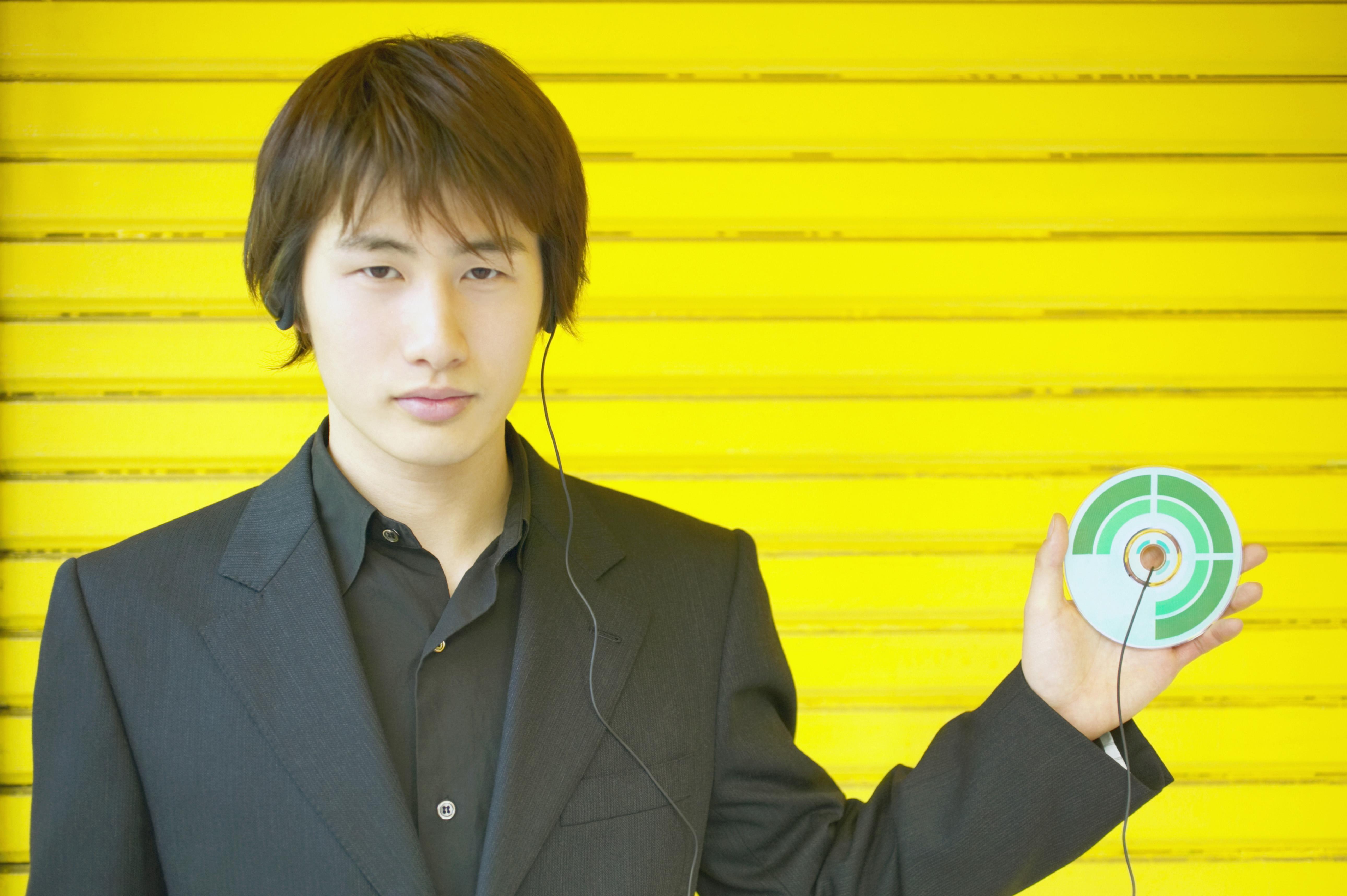 Mann mit CD.