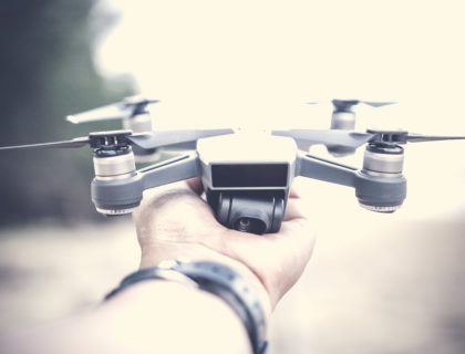 Ein Zeichen der Transformation: eine Drohne auf einer Hand