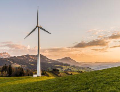 Klimawandel: Windrad vor Landschaft
