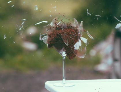 Ein Glas explodiert.