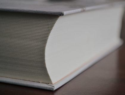 Ein Buch, von der Seite fotografiert