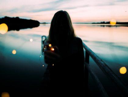 Frau vor See