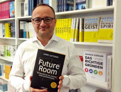 """Harry Gatter vom Zukunftsinstitut hält sein Buch """"Future Room"""" in der Hand"""