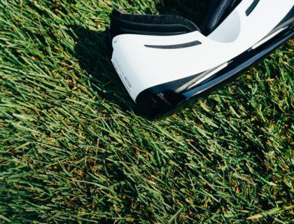 Virtual Reality Brille liegt im Gras.