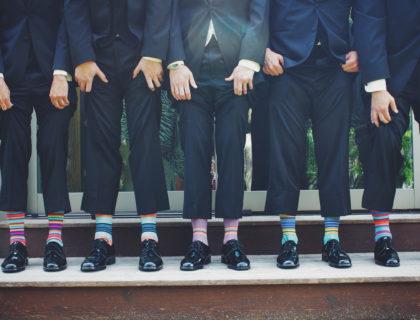 Männer in Anzügen mit bunten Socken