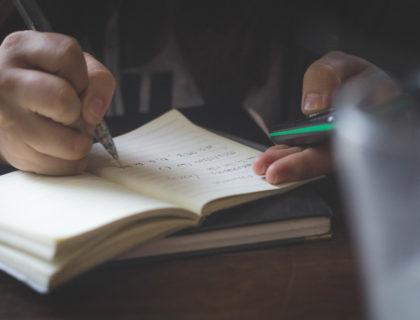 Kind schreibt in Heft