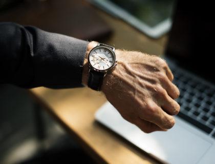 Blick auf Armbanduhr