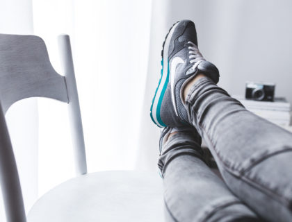 Beine auf Stuhl gelegt