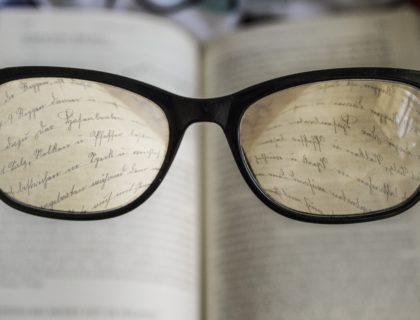 Brille vor Buch