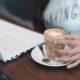 Kaffee und Laptop bei der Arbeit