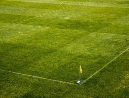 Fußballplatz mit Eckfahne