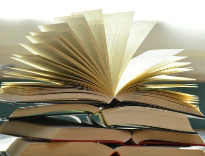 Bücher, eines aufgeschlagen