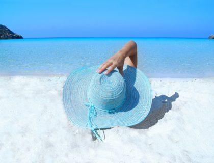 weißer Strand, Frau mit großem Sonnenhut