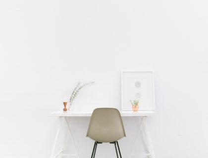 Tisch in fast leerem Raum