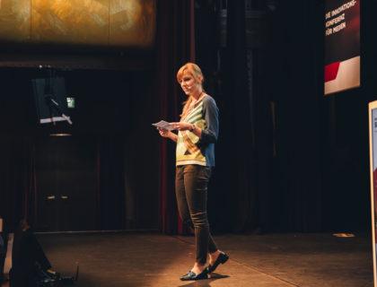 Moderatorin Eva Schulz beim scoopcamp 2017