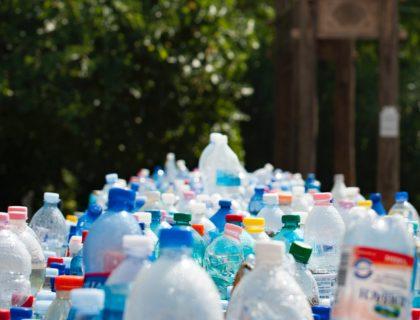 Viele Plastik-Flaschen