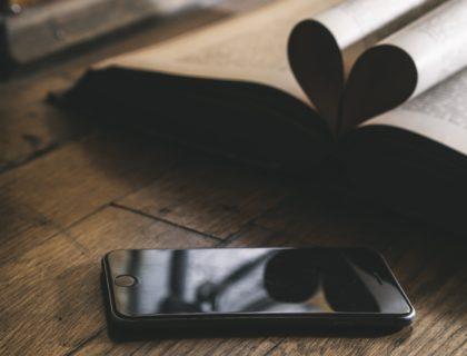 Bücher und Handy