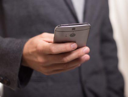 Mann mit Smartphone in Hand
