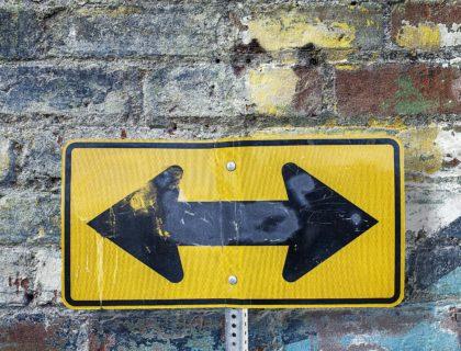 Schild, das in zwei Richtungen zeigt