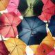 Schwebende Regenschirme