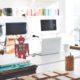 Symbolbild Künstliche Intelligenz - Mini-Roboter steht auf Schreibtisch