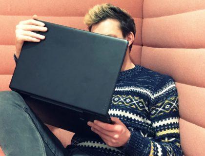 Mann unter Laptop