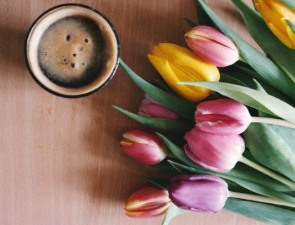 Blumen und Kaffee