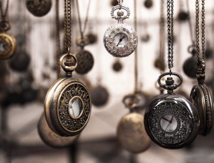Uhren als Symbolbild für Zeitreise
