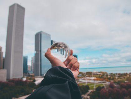 Kugel in der Hand, in der sich die Umgebung umgekehrt spiegelt