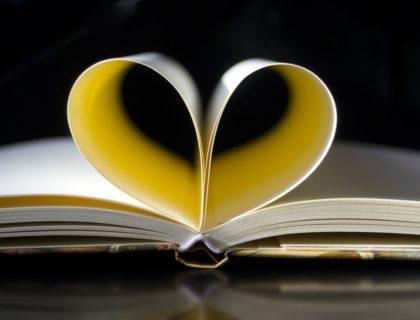 Buch mit Seiten, die ein Herz bilden