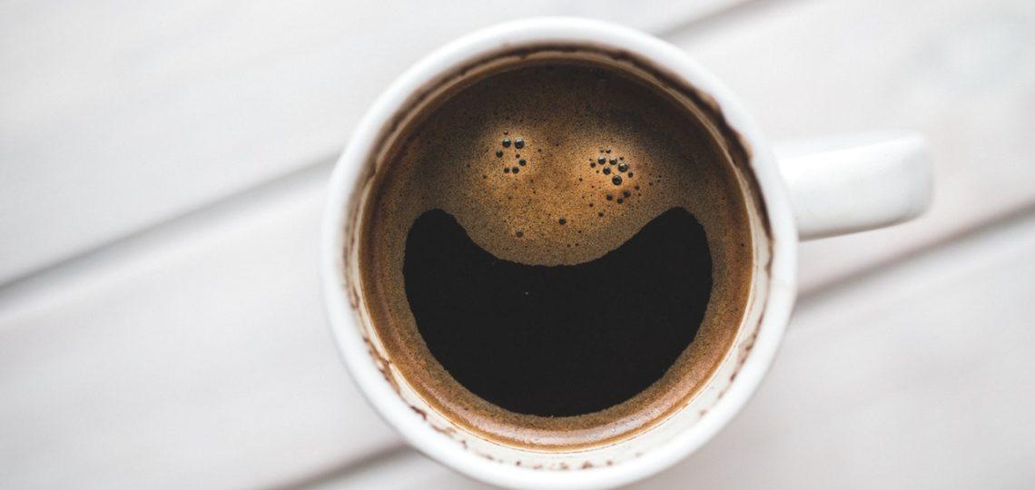 Kaffeetasse, die nach Smiley aussieht.