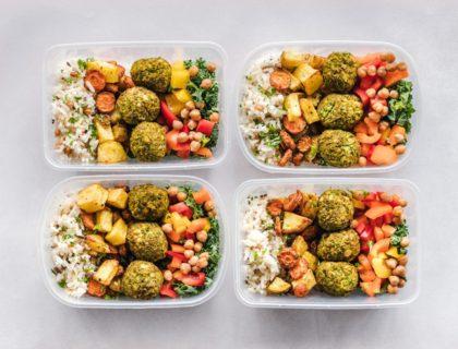 Mit Meal Prep vorbereitetes Essen in vier Boxen