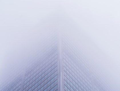 Hohes Gebäude im Nebel
