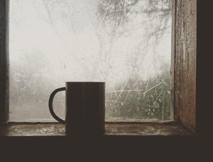 Tasse an Fenster