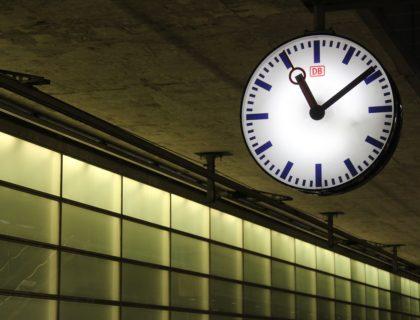 Uhr in einem Bahnhof