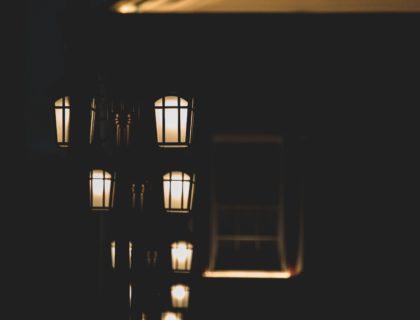 Straße im Dunkeln mit Lampen, Symbolbild
