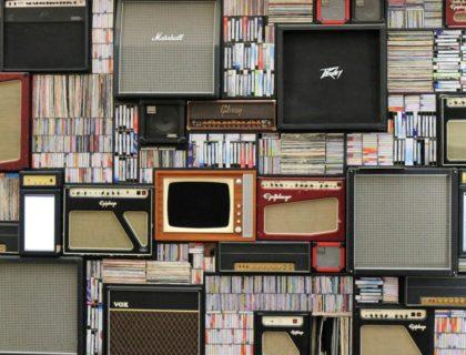 Wand mit vielen Geräter, Platten und einem Fernseher