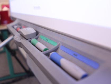 Ein Smartboard mit Stiften