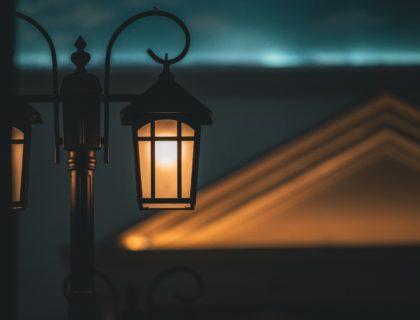 Beleuchtete Lampe draußen
