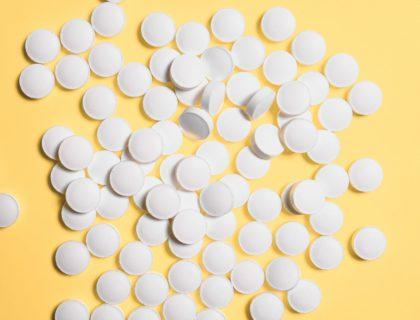 Tabletten auf gelben Untergrund