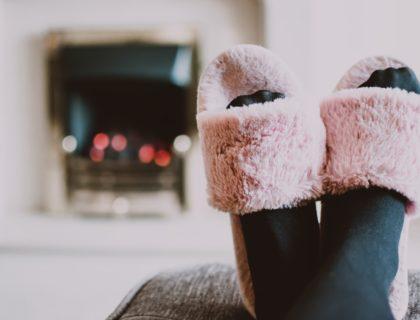 Füße in Schlappen, entspannt auf der Couch