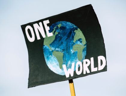 """Protestschild """"One World"""""""